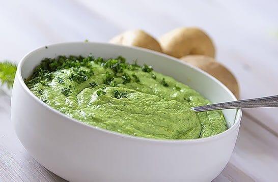 Crème avocat persil, façon dip - vegan et gourmand. Un un dip de légumes très crémeux, très parfumé pour accompagner les plats rôtis, barbecue, burger et snacking.