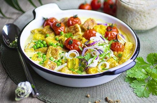 Curry de tofu grillé : un plat facile et généreux, aux parfums de coco, épices et fraîcheur de la coriandre